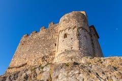 Den medeltida stenslotten vaggar på i den Calafell staden, Spanien Arkivbild