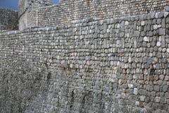 Den medeltida väggen som göras av, vaggar och kiselstenar i byn som kallas Ve Royaltyfria Bilder