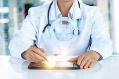 Den medicinska arbetaren visar läget av sjukhuset Arkivfoton