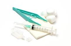 Den medicinska cleaningen. Injektionsspruta och en flaska av bloo Royaltyfri Foto