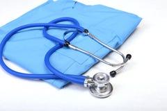 Den medicinska stetoskopet, handskar, RX-recept på blått manipulerar den enhetliga closeupen Läkarundersökninghjälpmedel och inst fotografering för bildbyråer