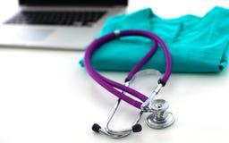 Den medicinska stetoskopet ligger på den tålmodiga medicinska historien för ` s Medicinskt hjälp- eller försäkringbegrepp Arkivfoto