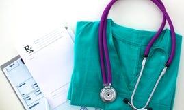 Den medicinska stetoskopet ligger på den tålmodiga medicinska historien för ` s Medicinskt hjälp- eller försäkringbegrepp Royaltyfri Bild