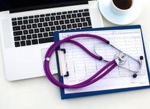 Den medicinska stetoskopet ligger på den tålmodiga medicinska historien för ` s Medicinskt hjälp- eller försäkringbegrepp Royaltyfri Fotografi