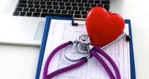 Den medicinska stetoskopet ligger på den tålmodiga medicinska historien för ` s Medicinskt hjälp- eller försäkringbegrepp Royaltyfria Foton