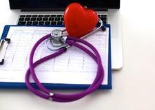 Den medicinska stetoskopet ligger på den tålmodiga medicinska historien för ` s Medicinskt hjälp- eller försäkringbegrepp Arkivfoton