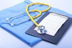 Den medicinska stetoskopet som ligger på tålmodig lista för medicinsk historia, RX-receptet och blått manipulerar den enhetliga c royaltyfria foton