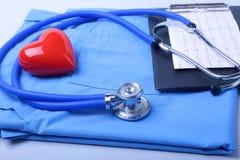 Den medicinska stetoskopet, den tålmodiga listan för medicinsk historia, RX-receptet, röd hjärta och blått manipulerar den enhetl royaltyfri fotografi