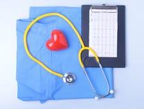 Den medicinska stetoskopet, den tålmodiga listan för medicinsk historia, RX-receptet, röd hjärta och blått manipulerar den enhetl royaltyfria bilder