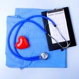 Den medicinska stetoskopet, den tålmodiga listan för medicinsk historia, RX-receptet, röd hjärta och blått manipulerar den enhetl royaltyfria foton