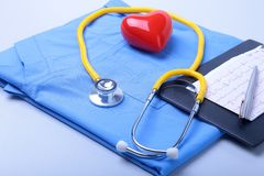 Den medicinska stetoskopet, den tålmodiga listan för medicinsk historia, RX-receptet, röd hjärta och blått manipulerar den enhetl arkivfoton