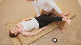 Den medicinska thai massagen - caucasian modellkvinnlig - sträck musklerna royaltyfria bilder