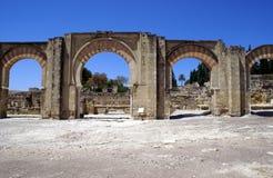 Den Medina Azahara slotten välva sig ingången i Cordoba, Andalusia, Spanien, Europa royaltyfri bild