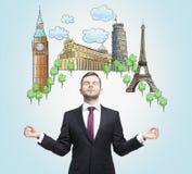 Den meditativa mannen drömmer om besöka av de mest berömda europeiska städerna Begreppet av turism och sighten Arkivbilder