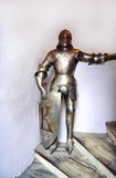 Den Medival riddarehjälmen, en man som tjänade som hans härskare eller lord som en monterad soldat i harnesk Arkivbilder