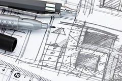 Den mekaniska blyertspennor och linjalen på formgivareutkast skissar av uppehälle Arkivfoto