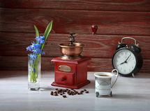 Den mekaniska kaffekvarnen med kaffe Royaltyfria Bilder