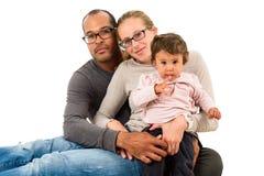 Den mellan skilda raser familjen har gyckel Arkivfoto