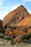 Den mer stora Spitzkoppen i Namibia Fotografering för Bildbyråer