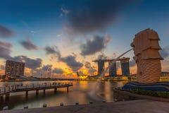 Den Merlion springbrunnen framme av det Marina Bay Sands hotellet Fotografering för Bildbyråer