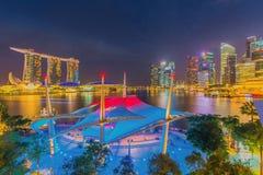 Den Merlion springbrunnen framme av det Marina Bay Sands hotellet Arkivfoton