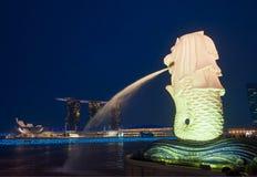 Den Merlion statyn och marinaen skäller Sands, Singapore Arkivbilder