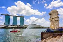 Den Merlion statyn på Merlion parkerar och Marina Bay Sands Royaltyfria Bilder