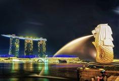 Den Merlion statyn på Merlion parkerar och Marina Bay Sands på natten Royaltyfria Foton
