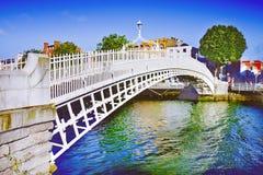 Den mest berömda bron i Dublin kallade Halva encentmyntbro tack vare avgiften laddad för passagen - konstnärlig version med brush royaltyfri fotografi