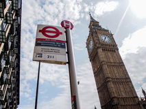 Den mest berömda London gränsmärket Big Ben med det unika London tunnelbanatecknet Arkivbilder