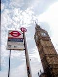 Den mest berömda London gränsmärket Big Ben med det unika London tunnelbanatecknet Royaltyfria Bilder