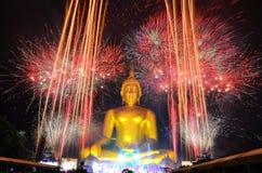 Den mest bigest Buddha med fyrverkerit i Thailand Arkivbild