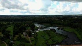 Den mest breda vattenfallet i Europa i Lettland Kuldiga och tegelstenbro över flodVenta det Areal Dron skottet arkivfilmer