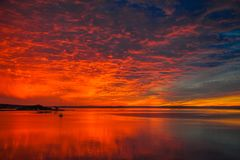 Den mest magiska soluppgången i vår fjärd hittills i år royaltyfri bild