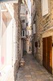 Den mest smala gatan i den gamla Budvaen, Montenegro Royaltyfri Foto