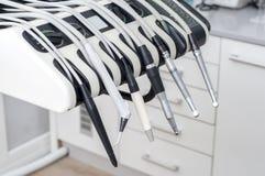 Den metalliska tandläkaren bearbetar Royaltyfria Foton