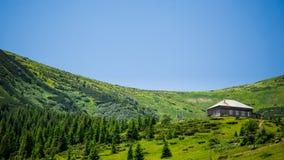 Den meteorologiska stationen är hög i bergen royaltyfria bilder