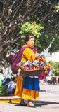Den mexicanska kvinnan med traditionellt sälja för klänning handcrafts Royaltyfri Bild