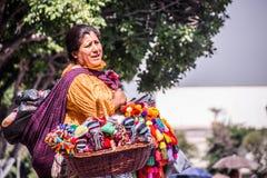 Den mexicanska kvinnan med traditionellt sälja för klänning handcrafts Royaltyfria Foton