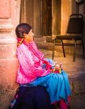 Den mexicanska kvinnan med traditionellt sälja för klänning handcrafts Arkivfoton