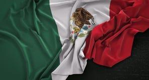Den Mexico flaggan rynkade på mörk bakgrund 3D framför royaltyfri illustrationer