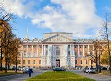 Den Mikhailovsky slotten eller teknikerer rockerar i St Petersburg, Ryssland - fasadsikt av den St Petersburg gränsmärket royaltyfria foton