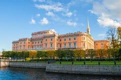 Den Mikhailovsky slotten eller teknikerer rockerar i St Petersburg, Ryssland - nordlig sidosikt av den St Petersburg gränsmärket arkivbilder