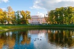 Den Mikhailovsky slotten eller teknikerer rockerar i St Petersburg, Ryssland som reflekterar i Karpiev dammvatten royaltyfri fotografi