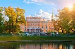 Den Mikhailovsky slotten eller teknikerer rockerar i St Petersburg, Ryssland som reflekterar i Karpin dammvatten royaltyfria bilder