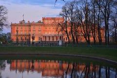 Den Mikhailovsky slotten och dammet i sommarträdgård i St Petersburg på dammet i sommar arbeta i trädgården i St Petersburg, Ryss Arkivbild