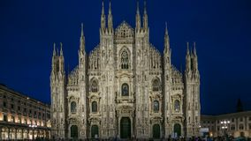 Den Milan Cathedral dagen till di Milano för natttimelapseduomoen är den gotiska domkyrkakyrkan av Milan, Italien arkivfilmer
