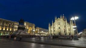 Den Milan Cathedral dagen till di Milano för natttimelapseduomoen är den gotiska domkyrkakyrkan av Milan, Italien lager videofilmer
