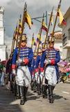 Den militära hedersvakten i historiska likformig marscherar ståtar in Royaltyfri Bild
