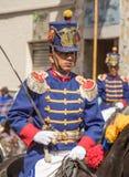 Den militära hedersvakten i historiska likformig marscherar ståtar in på hor Arkivbilder